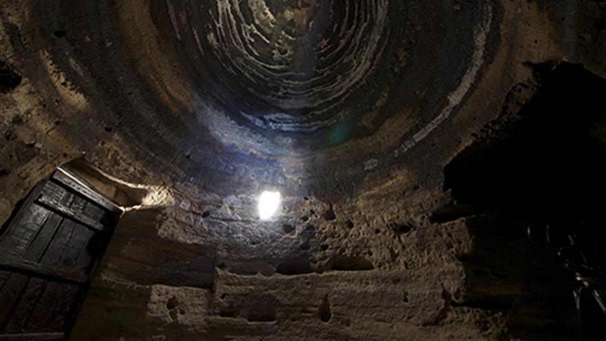 Interior de la Cueva C6 del almogaren de Risco Caído