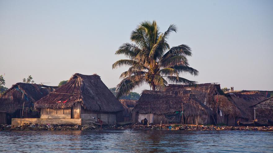 Urbanismo guna: las casas se agolpan en los pequeños islotes y dejan libre la costa del continente. Ben Kucinski