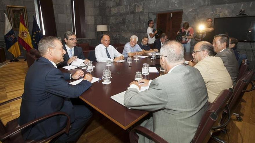 Reunión en la sede de Presidencia del Gobierno de Canarias para analizar los últimos hechos relacionados con las prospecciones petrolíferas. EFE/Ramón de la Rocha