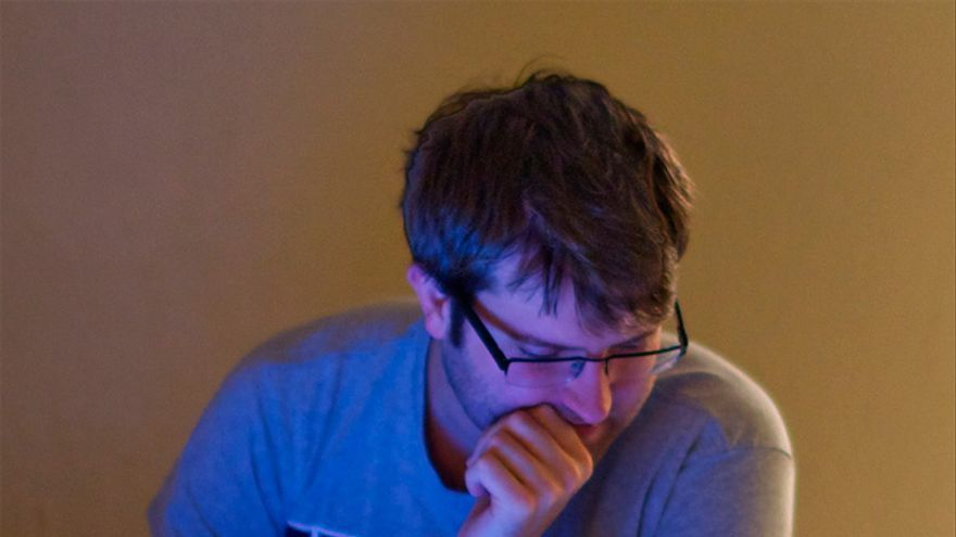 Exponerse a la luz del portátil antes de acostarse puede ser peligroso (Foto: mootown   Flickr)