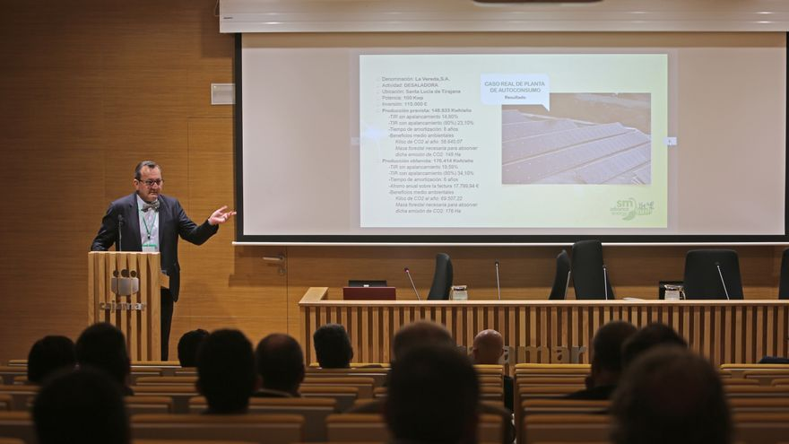 Santiago Marrero habla ante el público que participó en las IV Jornadas de Autoconsumo y Eficiencia Energética.