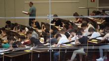 Estudiants fan un examen en una imatge d'arxiu.