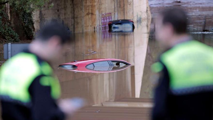 Una mujer permanece media hora en el techo de su coche atrapada por la lluvia