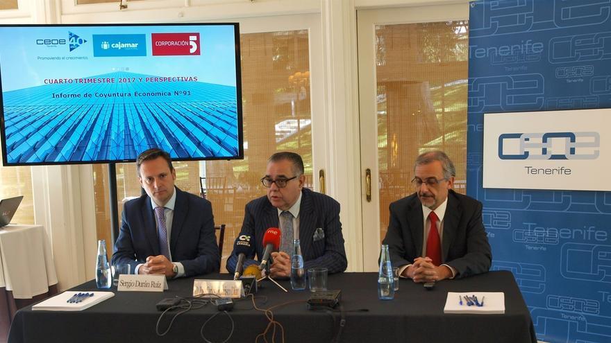 José Carlos Francisco (centro), presidente de CEOE-Tenerife, en la rueda de prensa de este jueves