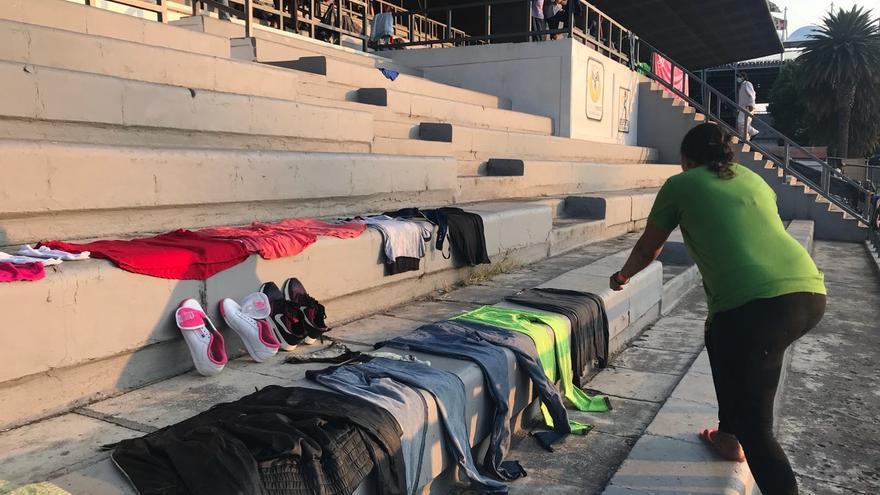 Rosa tiende la ropa en el campamento de migrantes improvisado en una cancha de fútbol en Ciudad de México (Gabriela Sánchez)