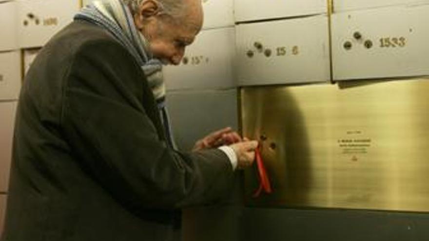 El actor Manuel Alexandre deposita en la 'Caja de las letras' su pemio TP