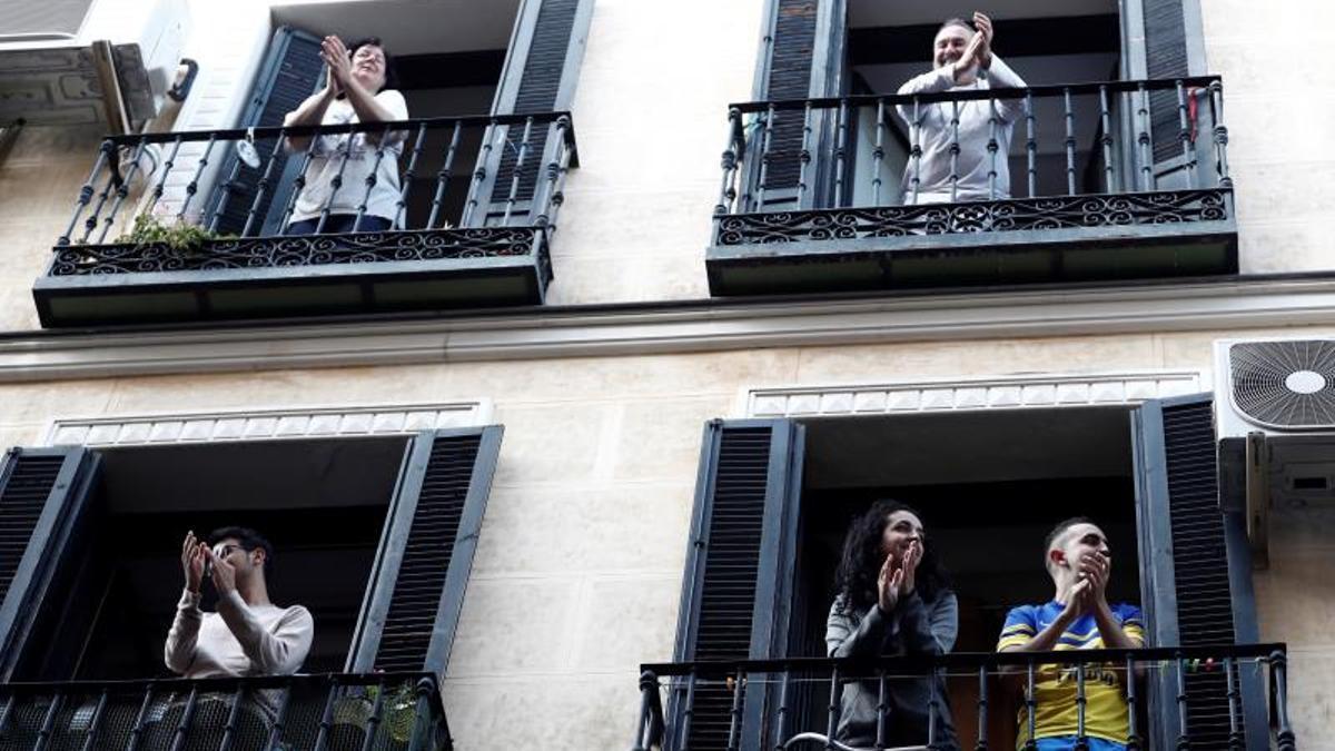Vecinos de Madrid durante los aplausos que se celebraban cada día en pleno confinamiento.