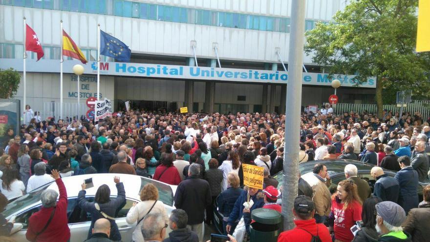 Concentración en el Hospital Universitario de Móstoles el 28 de abril de 2017.