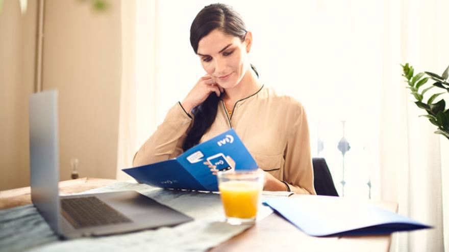 Una mujer leyendo un folleto de IVI.