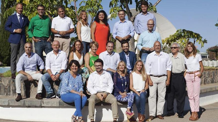 El presidente del Partido Popular de Canarias, Asier Antona (abajo, 2i) posa junto a los nuevos miembros de la dirección del partido en el archipiélago presentados en Santa Cruz de Tenerife.EFE/Ramón de la Rocha