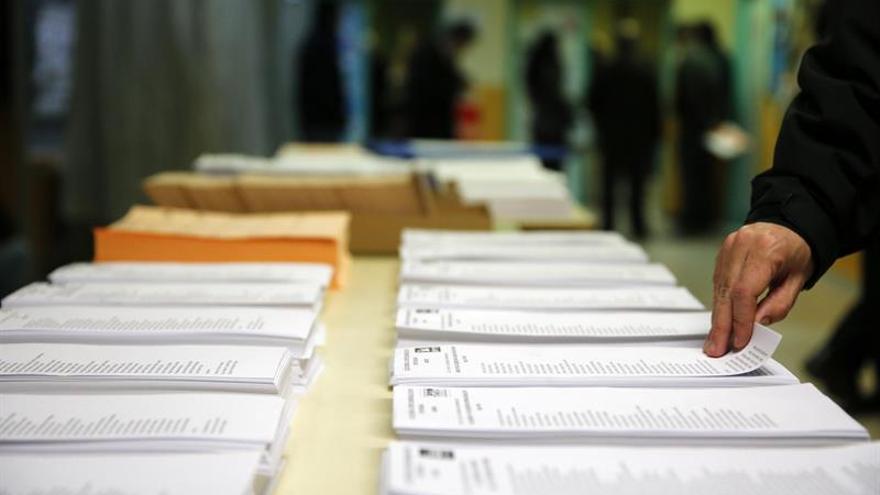 PP y PSOE pierden apoyo y suben Podemos y Ciudadanos, según el CIS