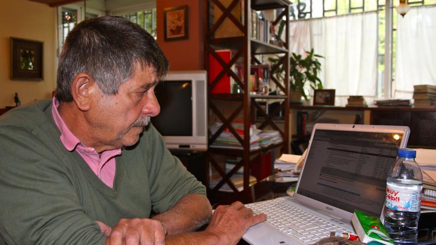 El abogado Carlos Slepoy en su casa de Madrid (Foto: Olga Rodríguez)