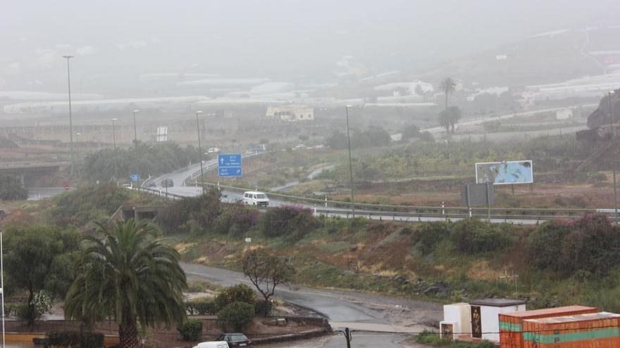 Nubes, lluvia, viento y posible nieve: el tiempo invernal de este viernes en Canarias
