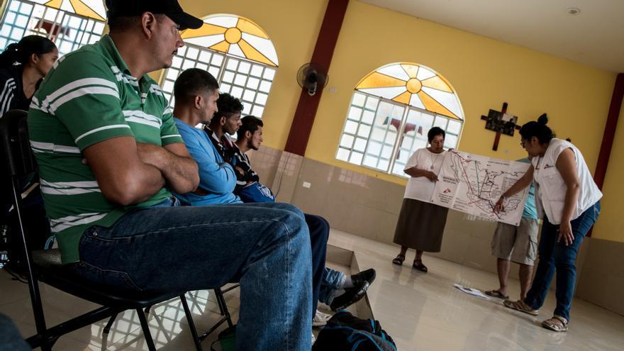 Annabel, trabajadora social de MSF, enseña a los migrantes recién llegados el mapa de México con los refugios existentes en el camino y las rutas ferroviarias más comunes.  Para muchos migrantes que huyen de la violencia en sus países de origen, la ruta no es nueva. Algunos han llegado a Estados Unidos pero han sido deportados a sus países. El 39,2% de las personas entrevistadas por MSF mencionó los ataques directos o amenazas (a ellos o a sus familias), así como episodios de extorsión y reclutamiento forzado por bandas criminales como las principales razones para abandonar su país de origen. Fotografía: Marta Soszynska / MSF