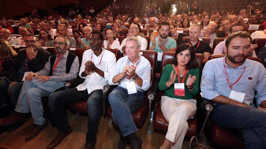El secretario general electo del PSOE de Gran Canaria, Sebastián Franquis (3d); la presidenta del Parlamento de Canarias, Carolina Darias (2d), y el secretario federal de Política de Refugiados, Luc André Diouf (3i),