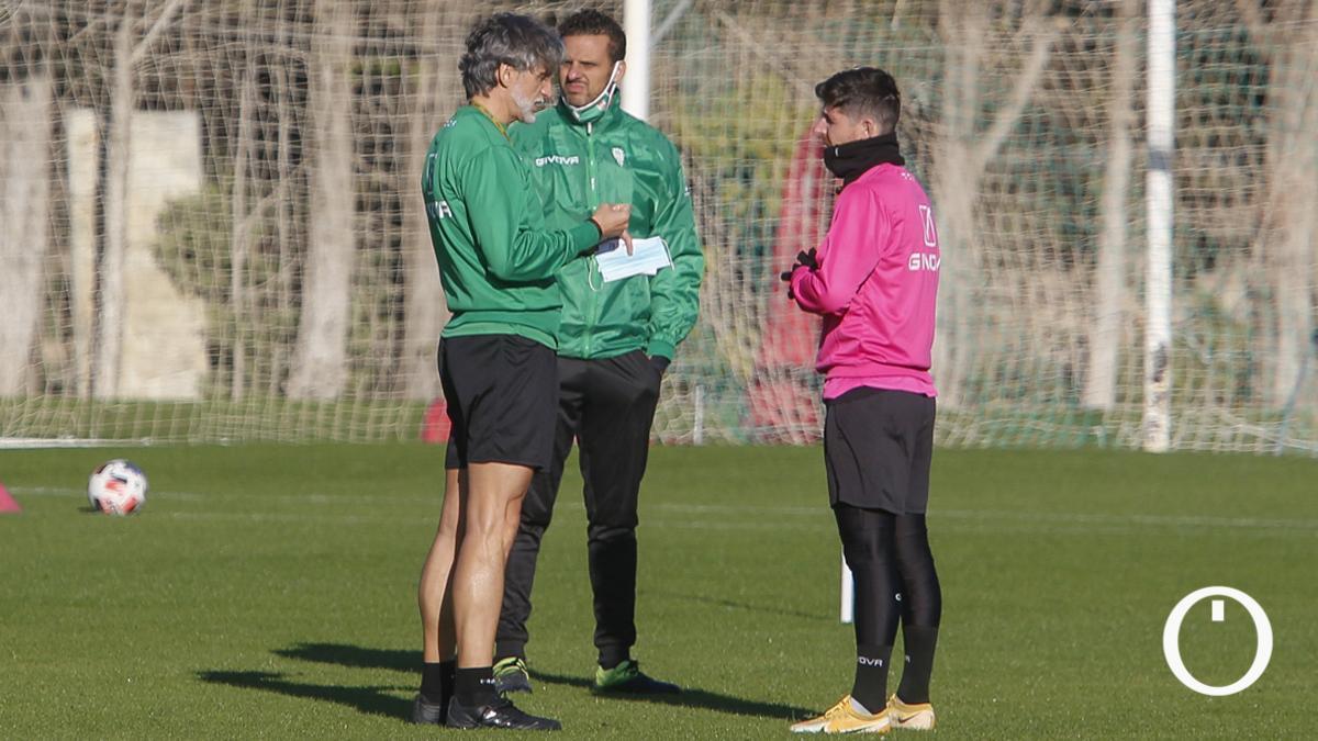 Javi Flores conversa con Alfaro en un entrenamiento.