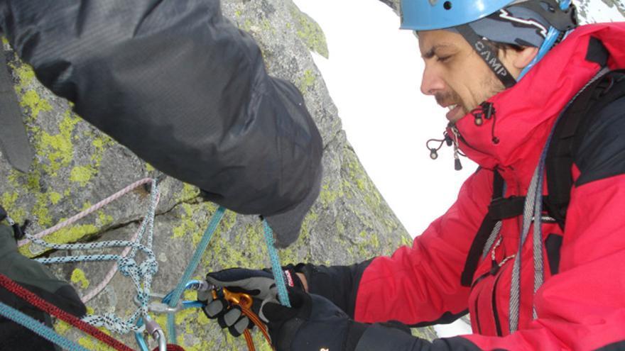 Rapelar con cordino auxiliar al escalar con cuerda simple
