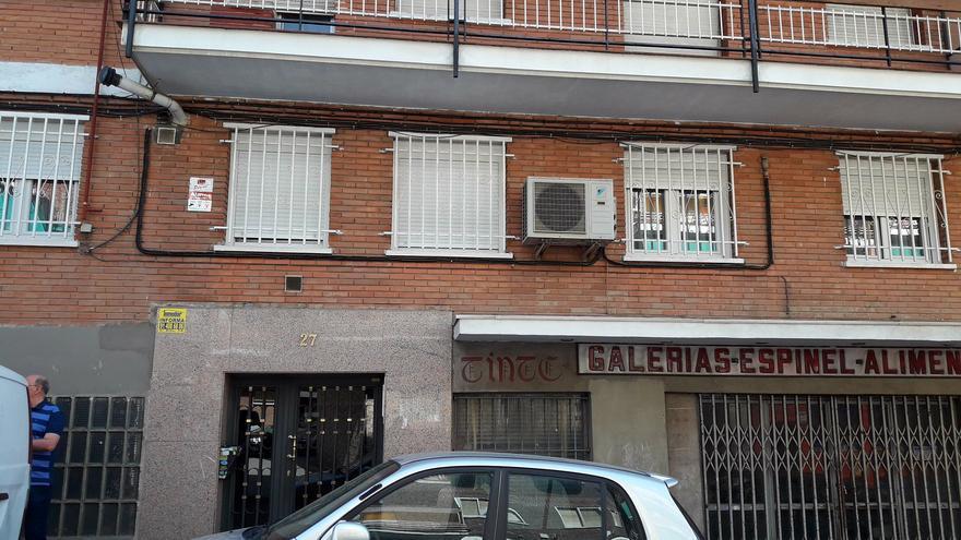 La mujer asesinada y su marido residían en el primer piso, ahora con las persianas bajadas