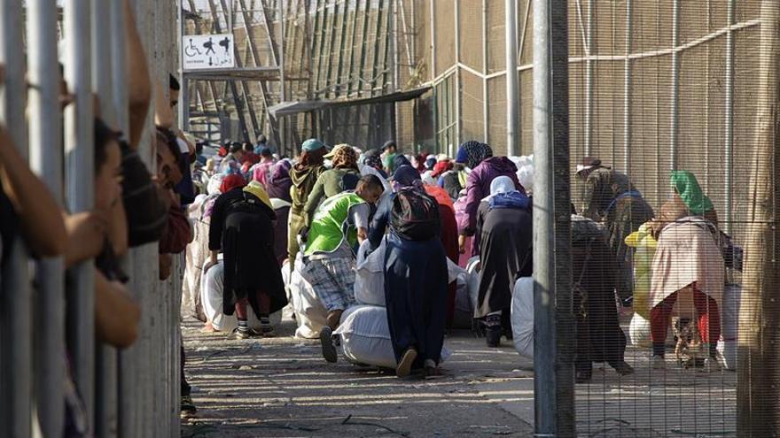 En la imagen, tomada el pasado 26/07/17, en uno de los pasos fronterizos entre España y Marruecos en Melilla, los porteadores