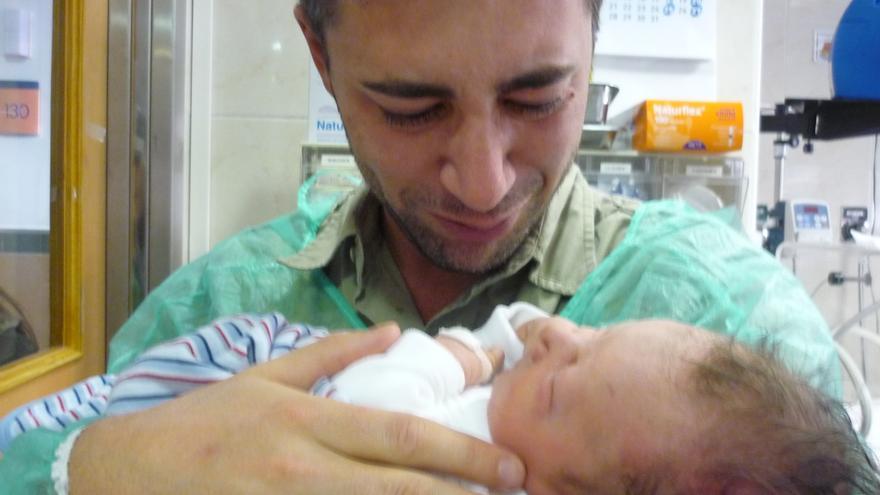 Javier de Domingo con su hijo Daniel en brazos.