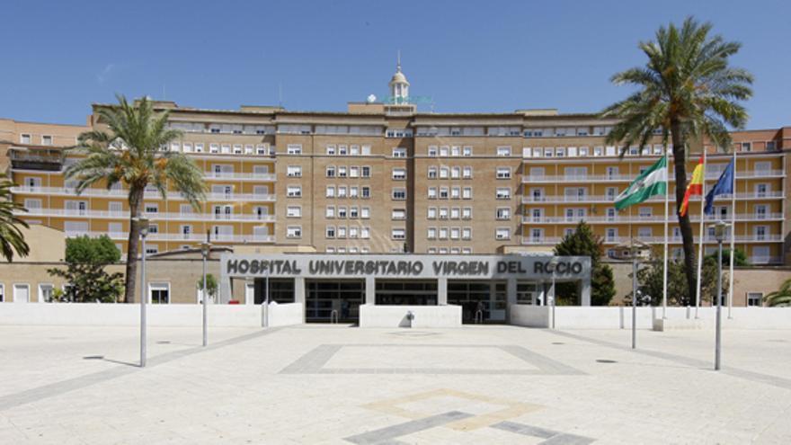 Entrada del Hospital Virgen del Rocío, donde el joven fue dado de alta ayer por la noche.