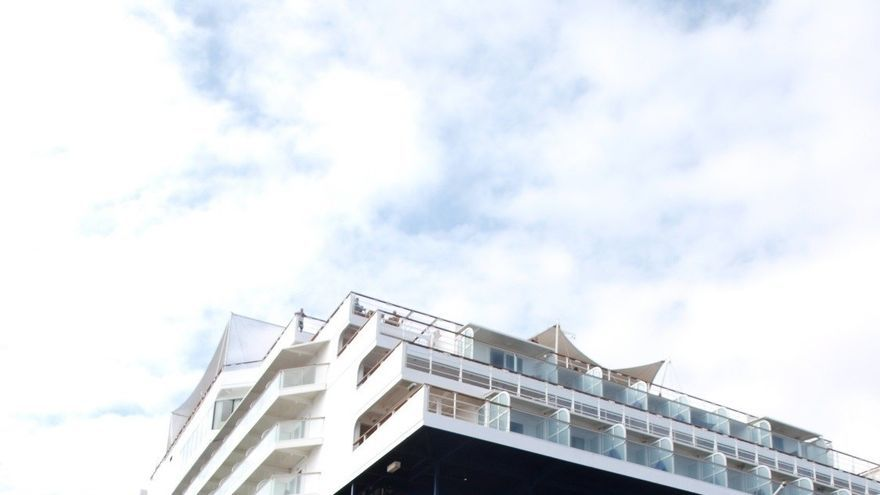 Buque de turismo, en el puerto de Santa Cruz