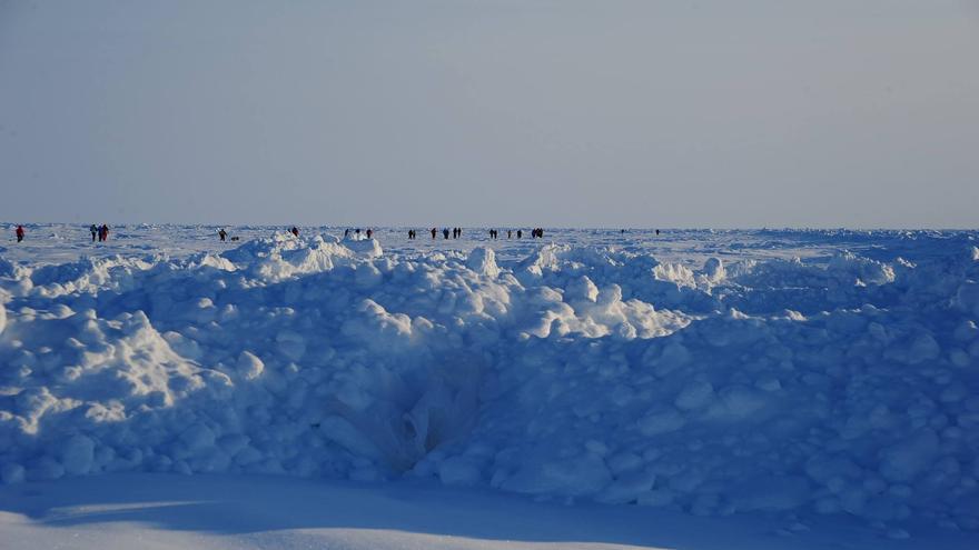 Participantes del North Pole Marathon 2015 en la inmensidad del Océano Glacial Ártico, a pocos kilómetros del Polo Norte Geográfico (© North Pole Marathon).