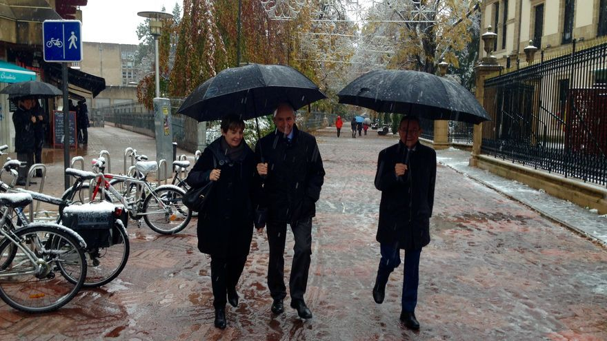 Consejeros del Gobierno de Urkullu, a su llegada al Parlamento bajo la nieve