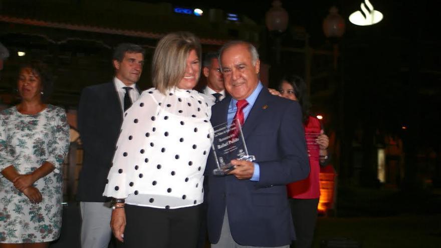 Inma Medina entrega el galardón al restaurador Rafael Pulido. (ALEJANDRO RAMOS)