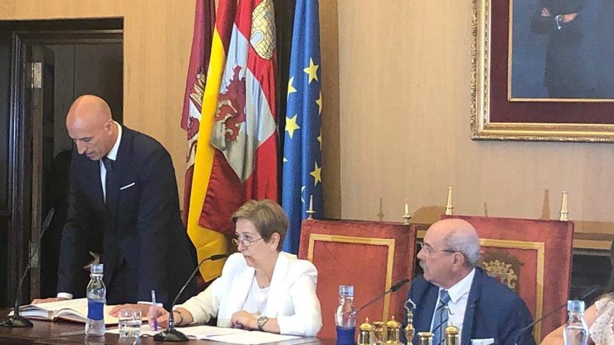 José Antonio Diez, a la izquierda, nuevo alcalde de León