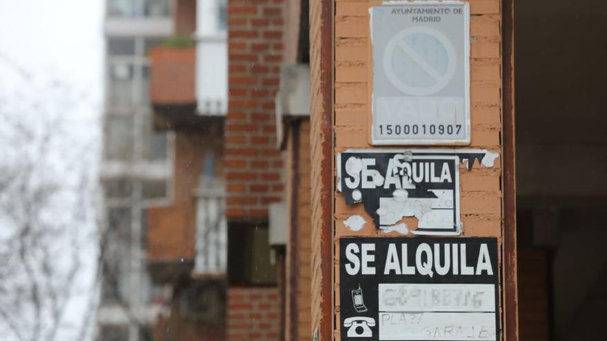 Carteles de 'Se Alquila' en una calle de Madrid.