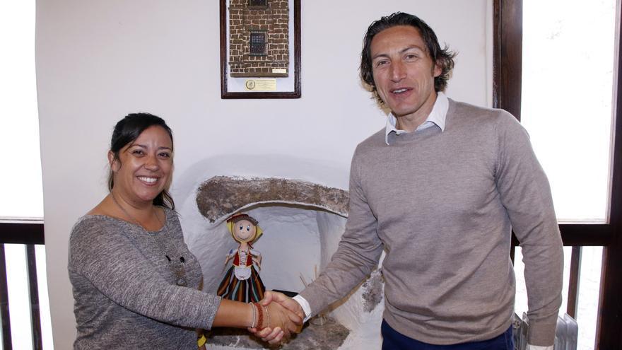 La concejala de Deportes, Idaira Afonso, y el jefe del Departamento Comercial de la naviera, Lorenzo Spinelli