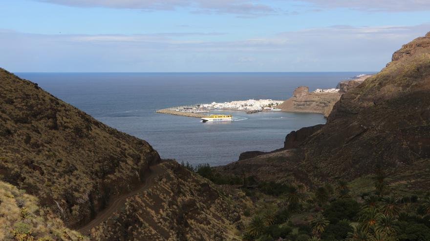 Ferri de Fred Olsen zarpando del Puerto de Las Nieves en Agaete