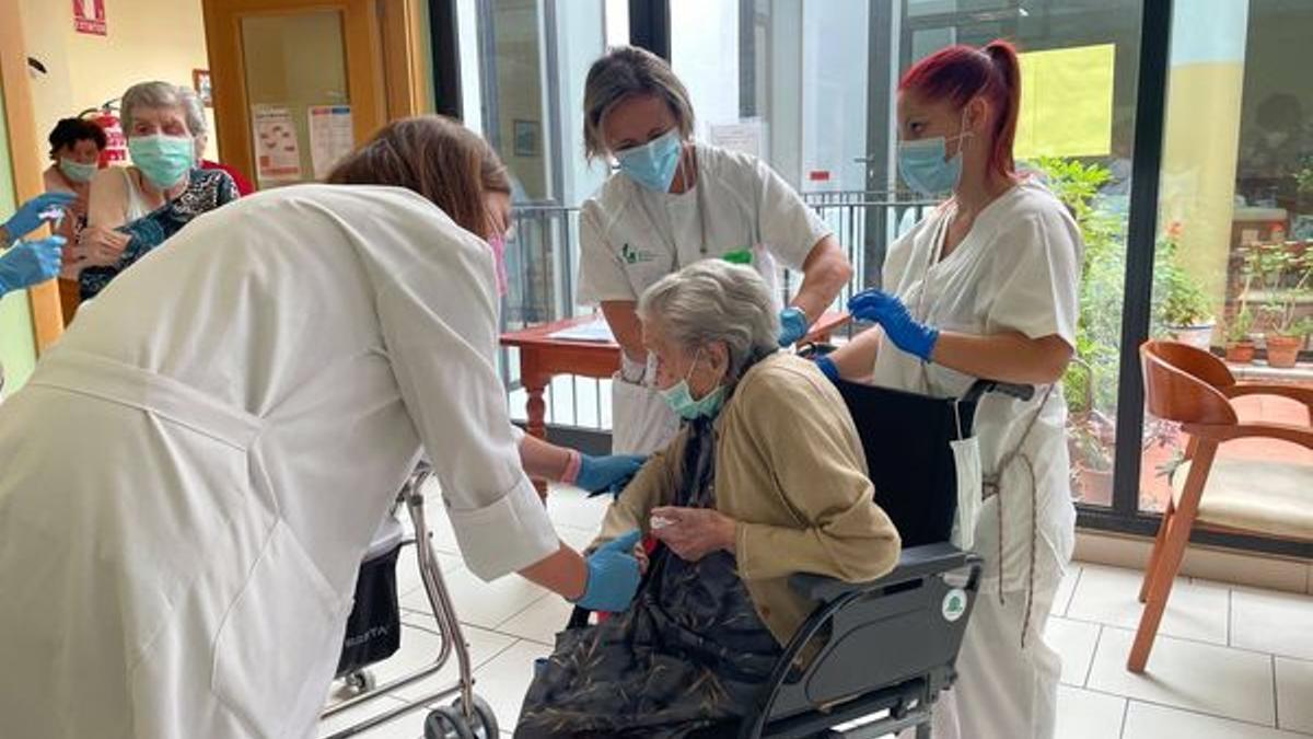 Mayores del centro La Encamisá, de Navalvilllar de Pela (Badajoz), han recibido la dosis adicional de la vacuna contra la COVID