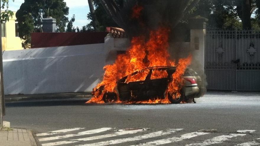 Imágenes del coche ardiendo en Tafira #3
