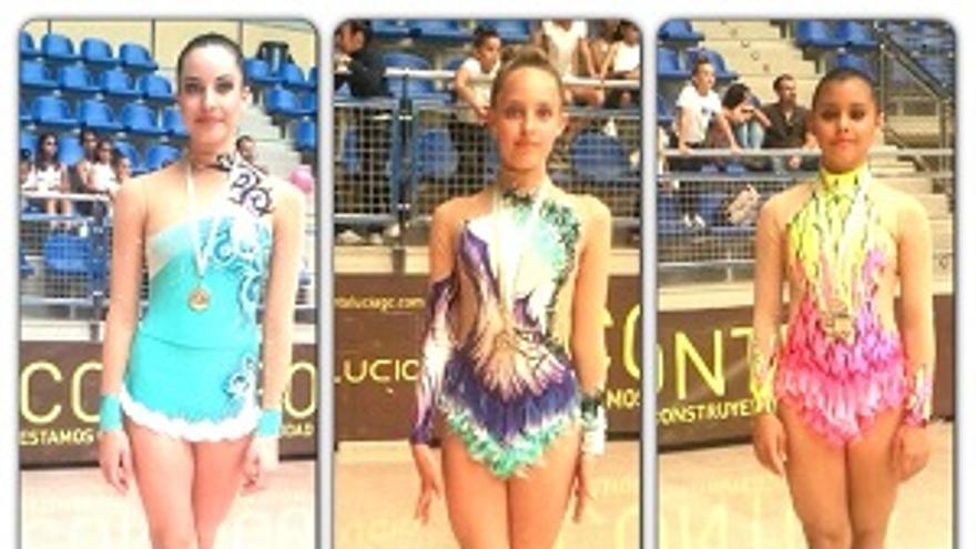 Foto de las gimnastas en el podium.