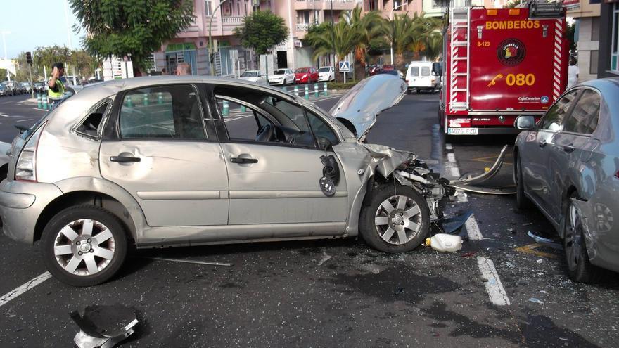 En la imagen, dos de los vehículos del accidente registrado este lunes en la Avenida Carlos Francisco Lorenzo Navarro. Foto: BOMBEROS LA PALMA