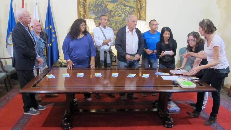 La Casa Principal de Salazar acogió este jueves, 3 de diciembre, el sorteo convocado para el reparto de los stands en los que los artistas expondrán sus obras de forma gratuita.