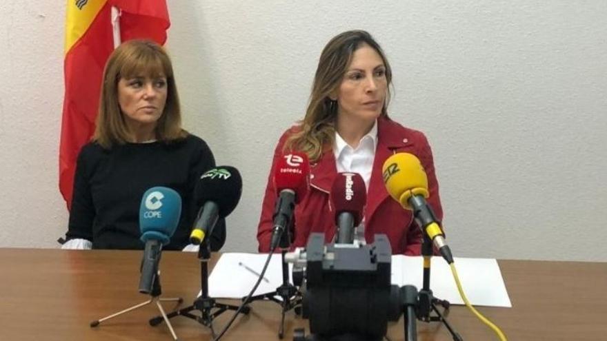 Amparo Cerdá (derecha) junto a Aurora Rodil, concejala de grupo municipal de Vox en el Ayuntamiento de Elche.