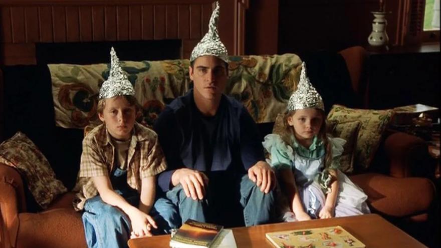 Tres de los personajes de 'Señales', de M. Night Shyamalan visten gorros de papel para evitar que los extraterrestres controlen su mente
