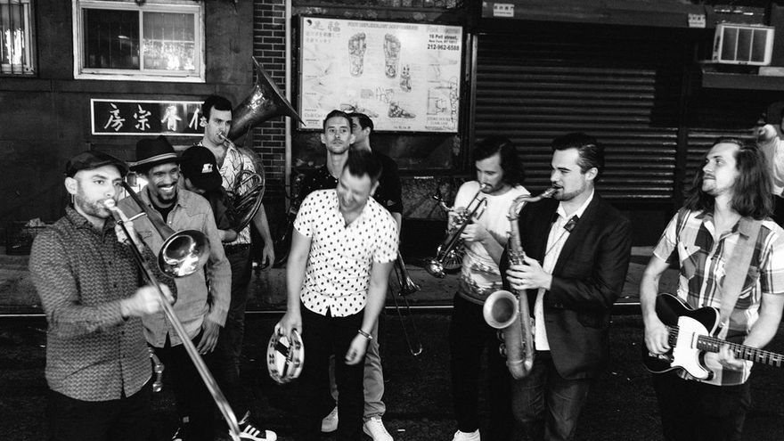 Eli 'Paperboy' Reed y la High & Mighty Brass Band en concierto.