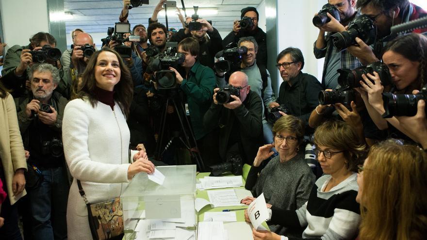 La candidata de Ciutadans, Inés Arrimadas, ha votado sobre las 12:30 h en el colegio Ausias March del barrio de Les Corts junto a su marido, el exdiputado de CiU Xavier Cima.