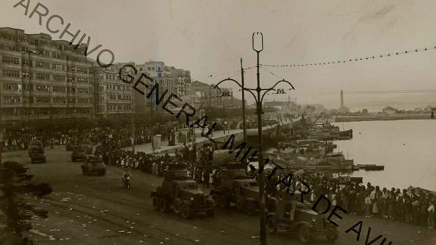 Los carros republicanos desfilan por Santander el 18 de julio de 1937. Una FA-I encabeza la parada seguida por sendas BA-6, tres Trubia-Naval, dos blindados de fortuna y finalmente unos pocos Renault FT-17 (Archivo General Militar de Ávila).