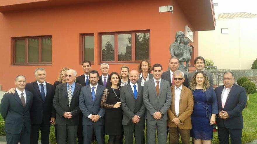 En la imagen, la actual Corporación de Breña Baja, y otros antiguos mandatarios, ante el Monumento a Las Madres.