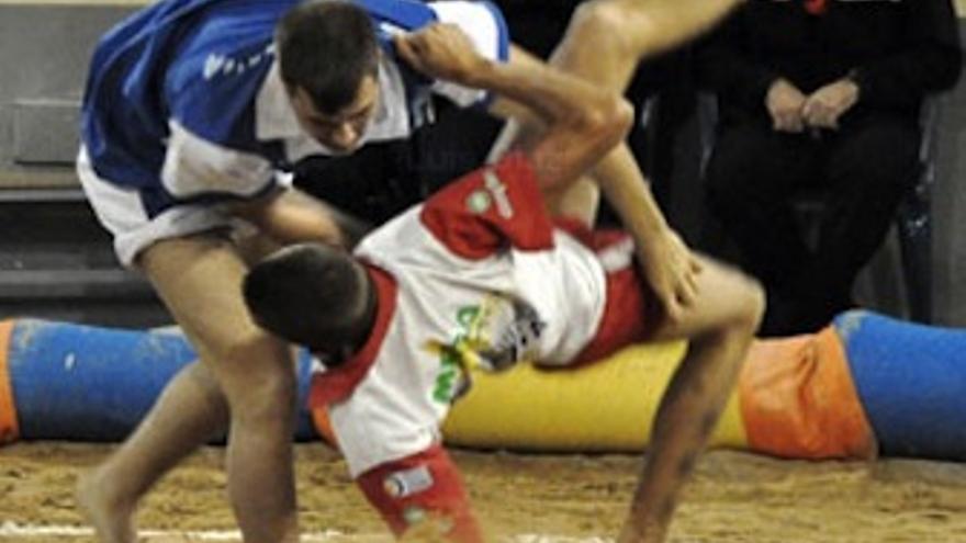 Imagen de la luchada entre Almogarén y Roque Nublo. (luchagrancanaria.com)