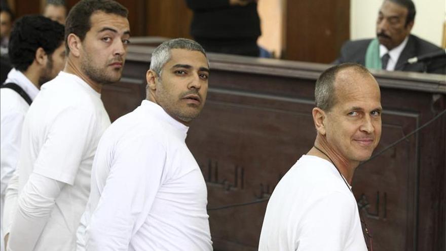 Tribunal egipcio deja en libertad bajo fianza a 2 periodistas de Al Yazira