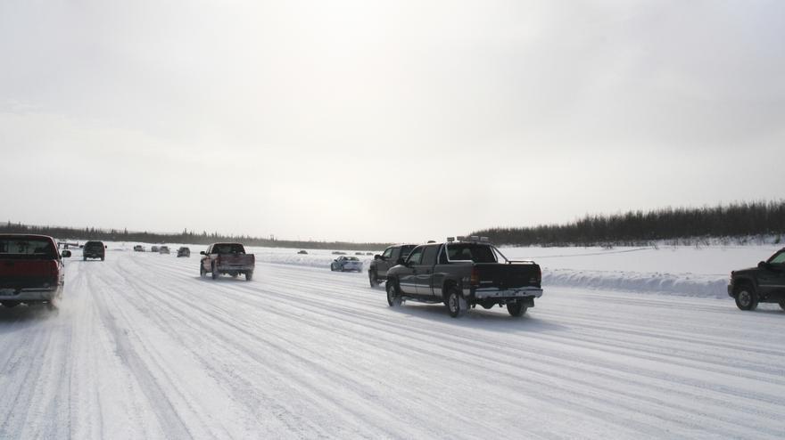 Vehículos por la carretera de hielo que hasta ahora conectaba en invierno las poblaciones de Tuktoyaktuk e Inuvik, en los Territorios del Noroeste de Canadá. EFE