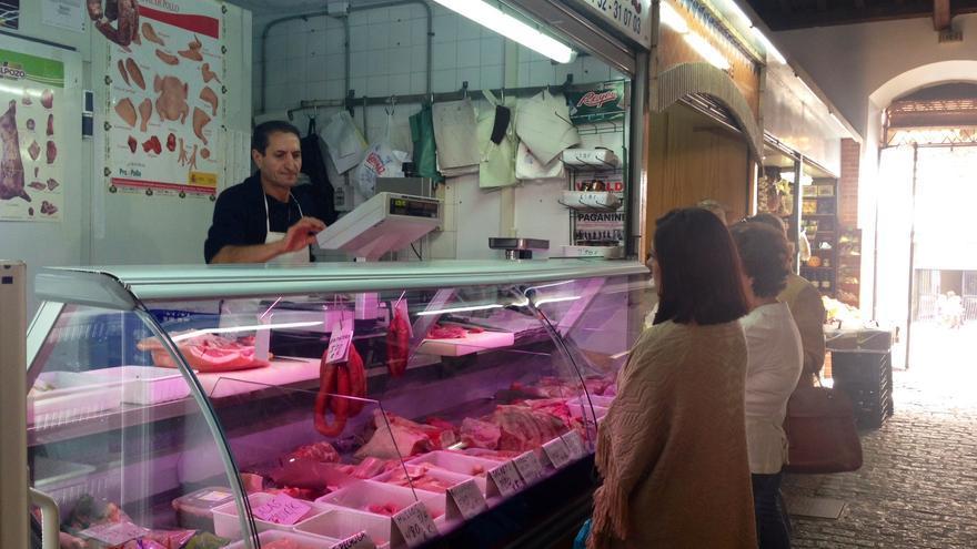 José González en su puesto de carnicería del mercado de Calatrava.