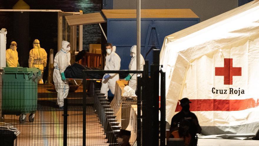 Los cadáveres hallados en el cayuco ascienden a 24, dos de ellos menores