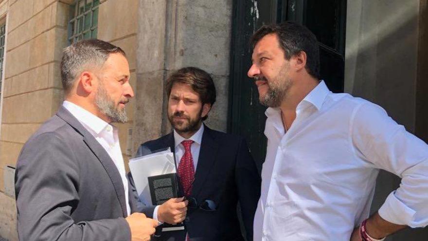 Santiago Abascal con Gabriel Ariza y Matteo Salvini.